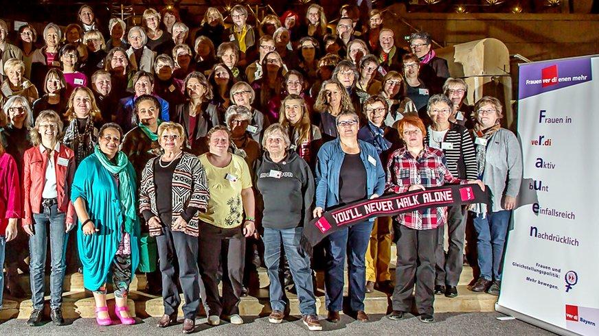 Gruppenfoto Landesfrauenkonferenz ver.di Bayern (Bühne)