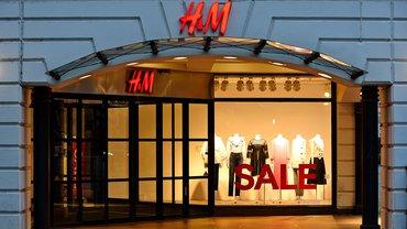 Logo Schriftzug H&M Hennes & Mauritz Store